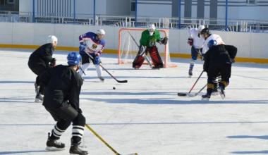 На турнир по дворовому хоккею заявилось восемь команд