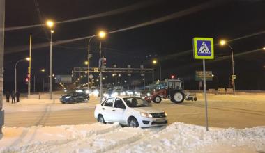 Трактор столкнулся с легковушкой на перекрёстке Де Геннина — Краснолесья (видео)