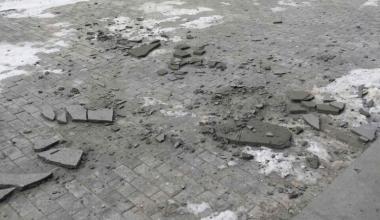 На улице Шаманова кусок штукатурки упал рядом с прохожим