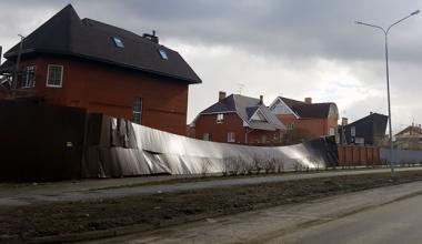 Штормовое предупреждение! На Мехренцева порывом ветра повалило забор и сорвало дорожные знаки