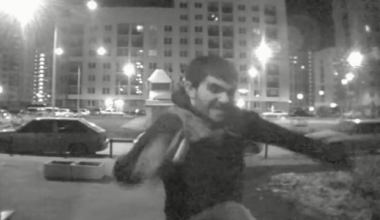Открыл дверь с ноги, высморкался в холле и разбил зеркало: агрессивный гражданин крушил подъезд