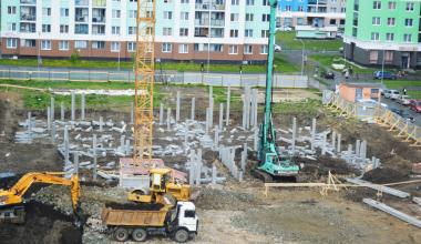 В котловане блока 5.6 установили кран и приступили к возведению фундамента детского сада