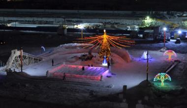 В Академическом открыли ледовый городок и главную ёлку района