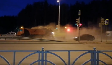 Коммунальная техника убрала пыль с дороги на припаркованные рядом автомобили