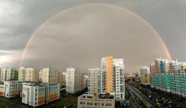 После сильного дождя над районом появилась радуга