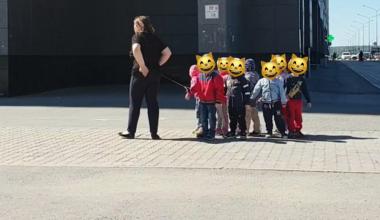 В Интернете обсуждают воспитателя, которая выгуливала детей на верёвке