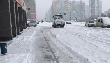 В Академическом устраняют последствия снегопада