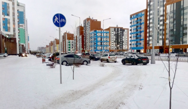 Жители Академического возмущены ездой и парковкой на тротуарах и газонах проспекта Сахарова