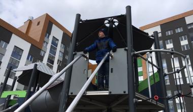 Небезопасные горки: на Сахарова ребёнок сорвался с открытого пролёта игрового комплекса