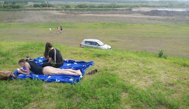 «Бросают машины и уходят отдыхать»: автомобилисты стали парковаться прямо в парке