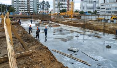 «Монолит планируем закончить в декабре»: экскурсия на стройплощадку второго корпуса школы № 181