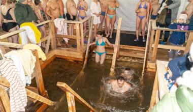 В Крещенскую ночь в купели Академического окунулись несколько тысяч человек
