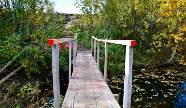 Жители построили мост через заполненный водой ров между улицами Павла Шаманова и проспектом Сахарова