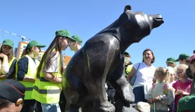 Ромашки и Медвежонок — новые символы района. Что они значат?