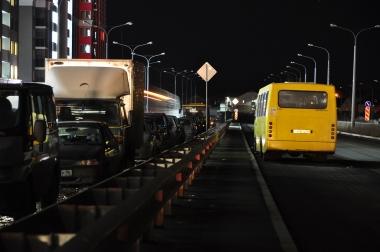 Внимание - стоянка автомобилей слева