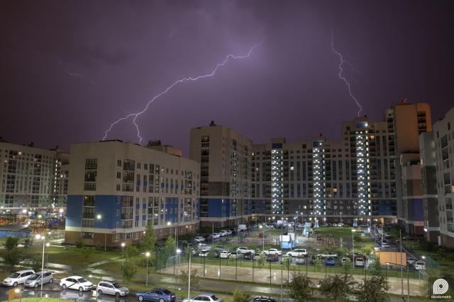 Ещё одна пойманная молния в Академическом. На этот раз над домом пятого квартала по адресу ул. Вильгельма Де Геннина 42.