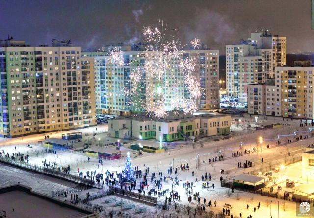 Сегодня последний день зимы сезона 2020–2021 года. Она выдалась довольно холодной, но чтобы хоть как-то вас согреть, публикуем фото новогоднего фейерверка в центре второго квартала.