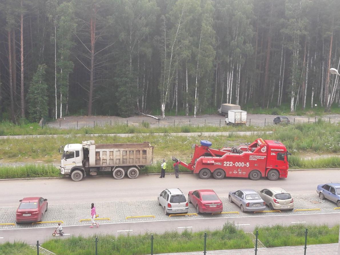 С улицы Анатолия Мехренцева эвакуировали самосвал