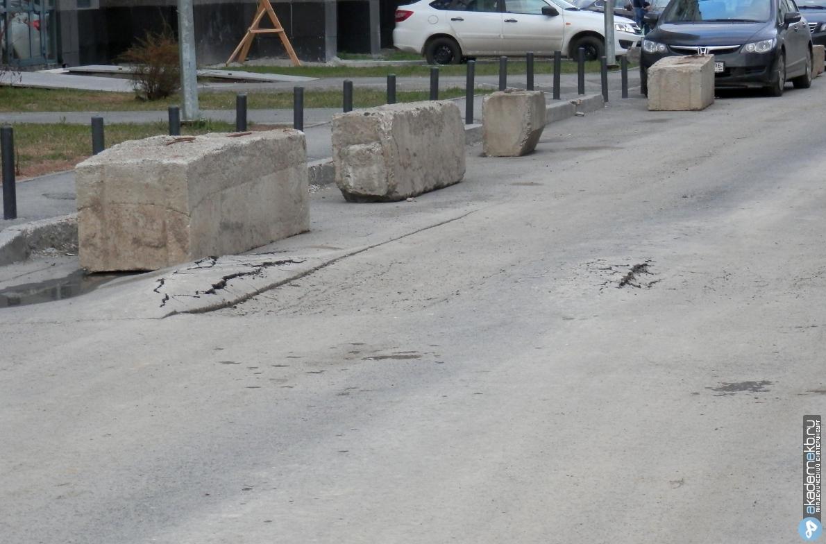 Восстанавливают дорогу: временный проезд с Вильгельма де Геннина к строящему садику закрыли