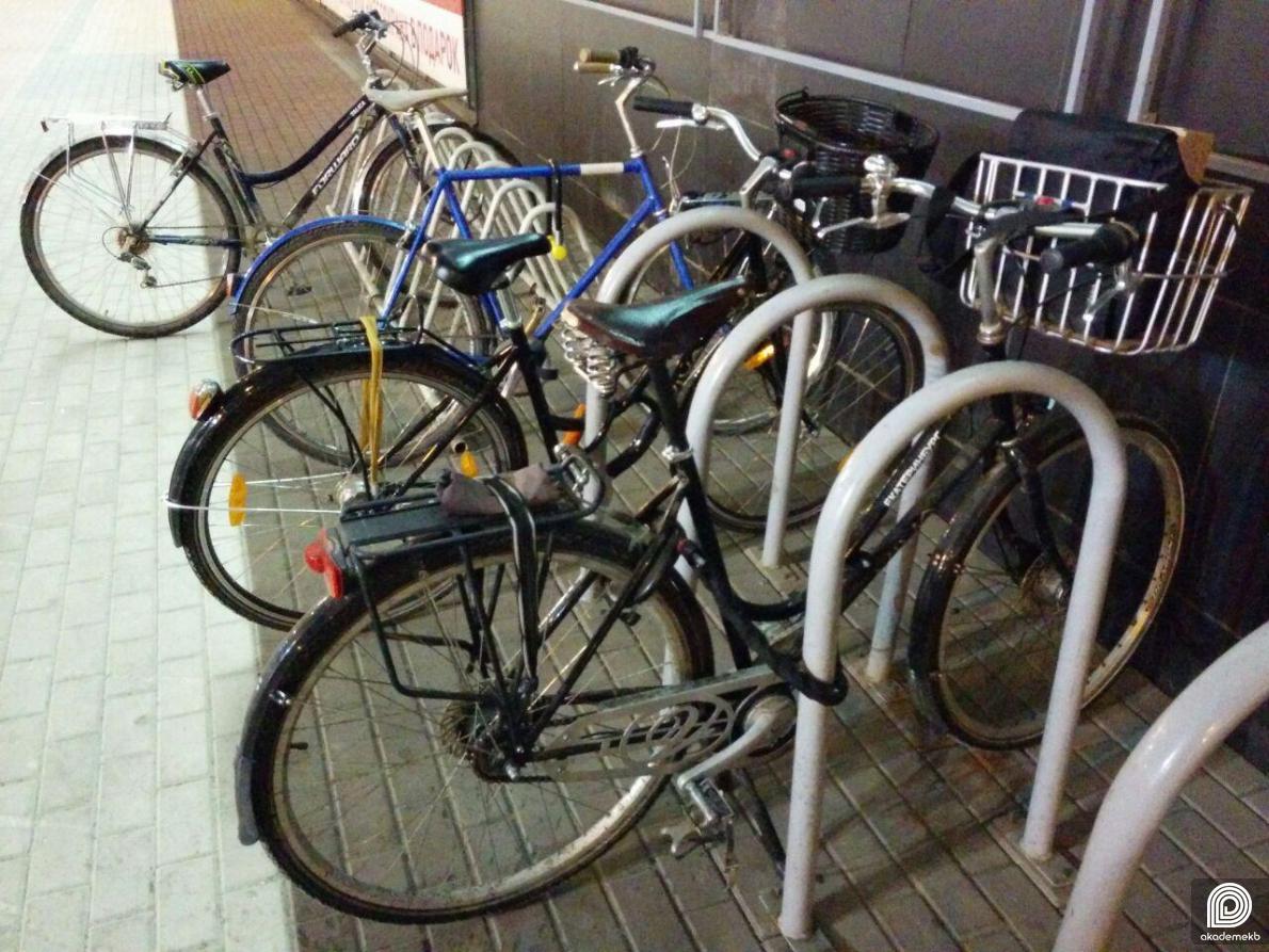 «И как теперь велосипед парковать?»: возле ТРЦ новый киоск заблокировал велопарковку