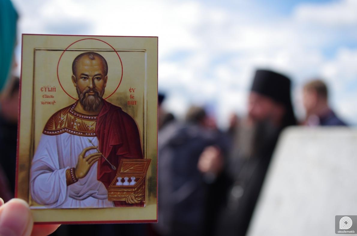 Заложили первый камень и установили крест: в Академическом появится храм в честь врача Евген