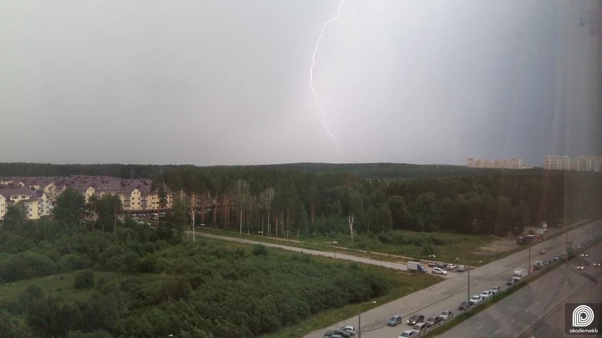 «Гром и молния»: фото района из соцсетей, где успели запечатлеть молнии
