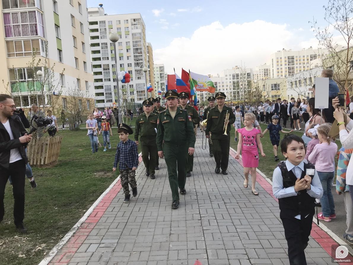 День победы в Академическом: Тысячи жителей района прошли в колонне бессмертного полка
