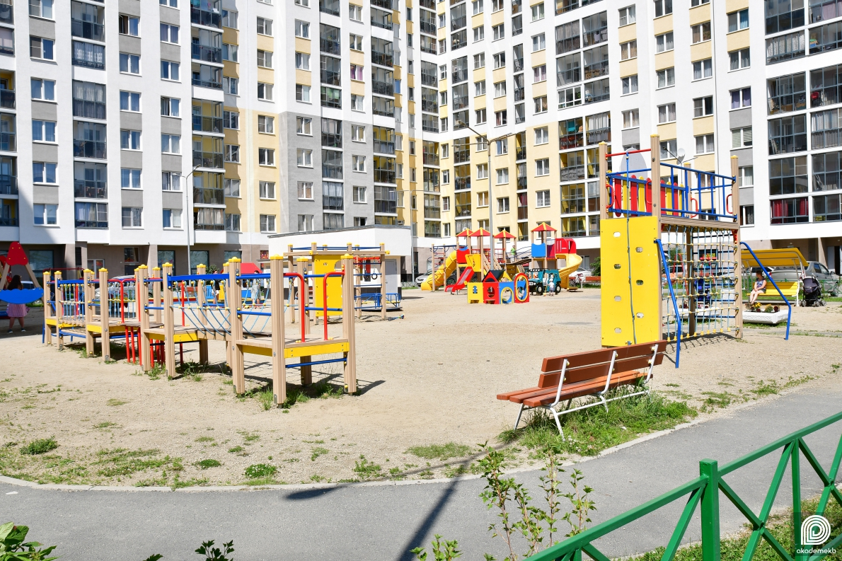 «Добрососедство» на Рябинина — жители дома отказались пускать «чужаков» на «свою» площадку