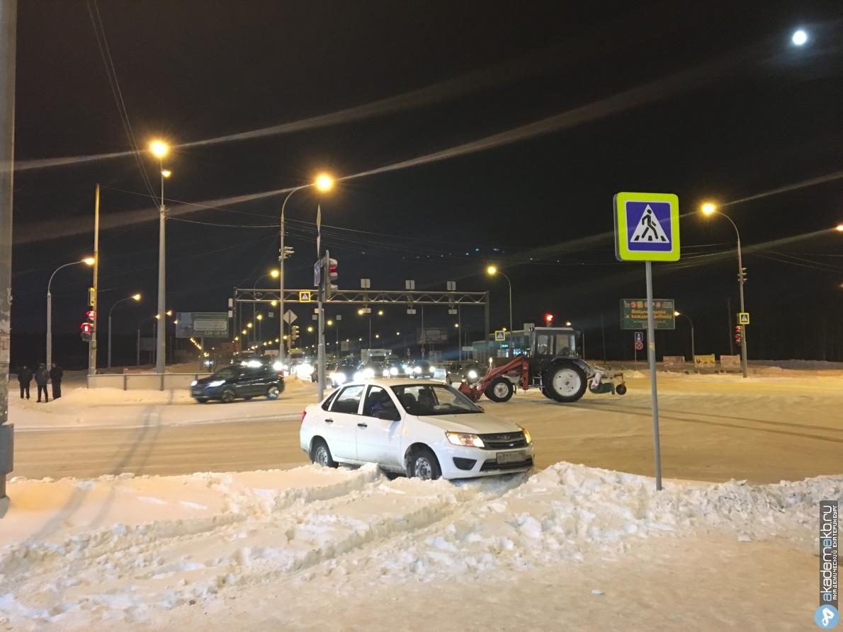 Трактор столкнулся с легковушкой на перекрёстке Де Геннина – Краснолесья (видео)
