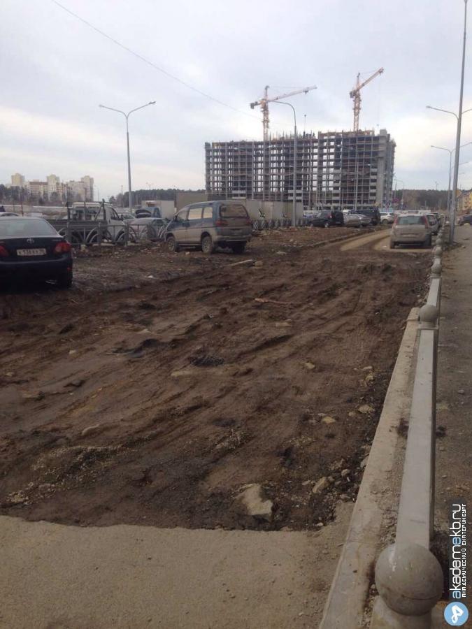 «Проехать невозможно!», — жители 5 квартала жалуются на огромные ямы на дублёре Рябинина