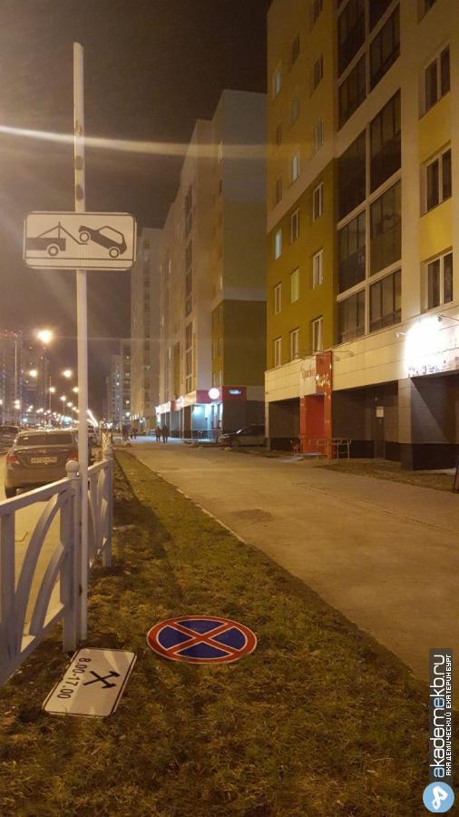 Штормовое предупреждение! На Мехренцева порывом ветра повалило забор
