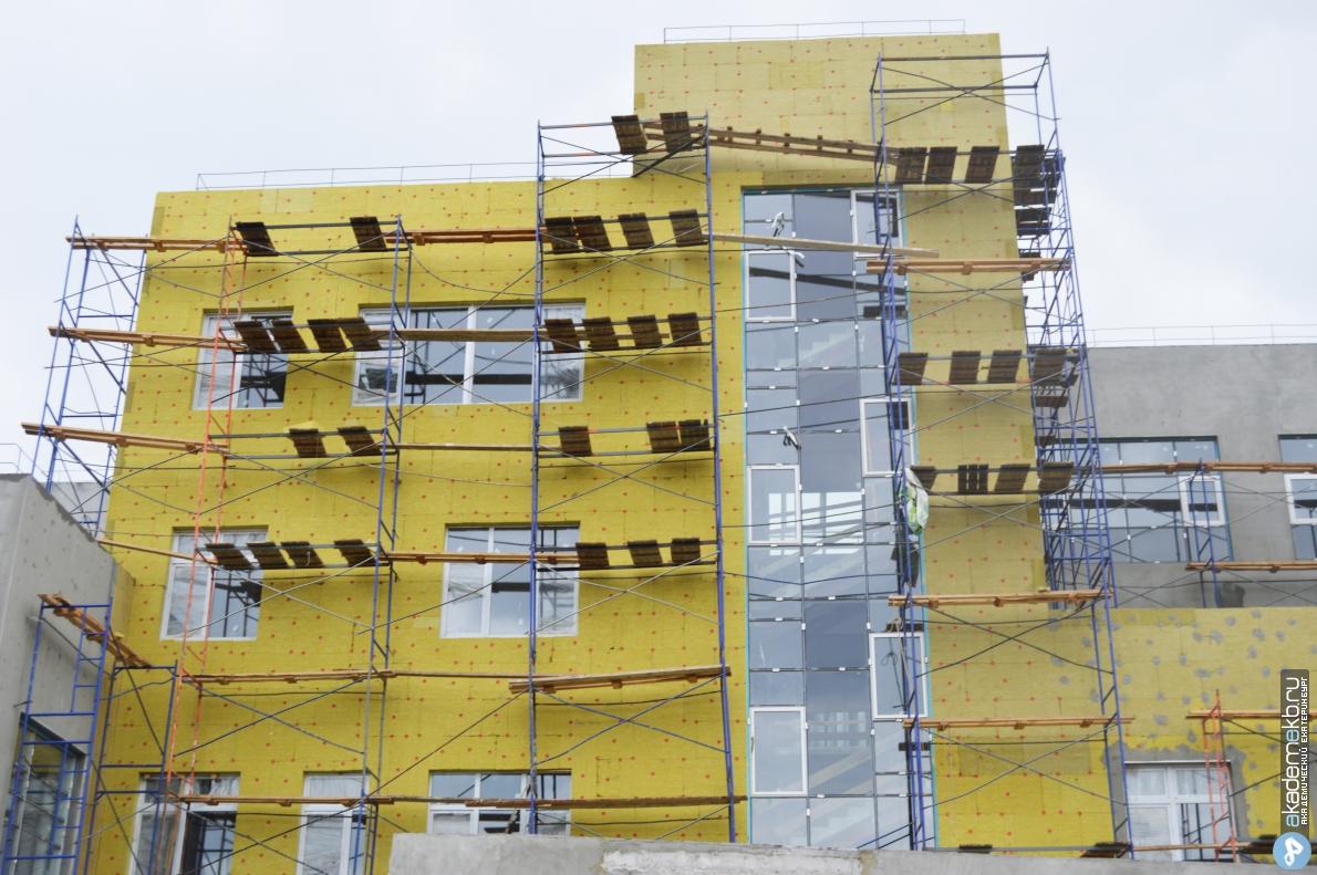 На объекте второй очереди школы № 23 приступили к покраске стен